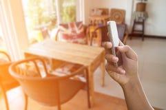 Telefone da posse da mão do homem Foto de Stock Royalty Free