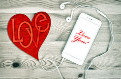 Telefone de Digitas com coração vermelho Amor e dia de Valentim Fotografia de Stock