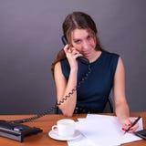 Telefone de fala bonito da mulher de negócio Imagens de Stock Royalty Free
