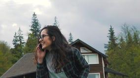 Telefone de fala da menina no campo video estoque