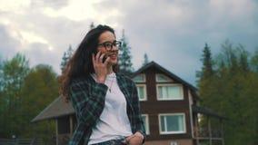 Telefone de fala da menina no campo filme
