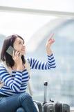 Telefone de fala da mulher da beleza felizmente Imagem de Stock Royalty Free