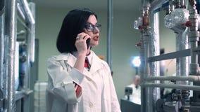 Telefone de fala da mulher na fábrica Fotos de Stock Royalty Free
