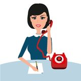 Telefone de fala da mulher nova da mulher de negócios no escritório Imagem de Stock Royalty Free