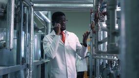 Telefone de fala do cientista na fábrica filme