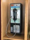 Telefone de pagamento velho e sujo em um jantar durante o dia fotos de stock