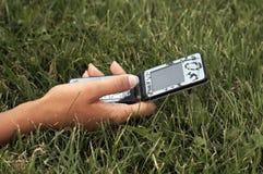 Telefone de pilha da terra arrendada da mão Foto de Stock Royalty Free