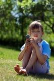 Telefone de pilha da terra arrendada da menina Fotos de Stock Royalty Free