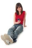 Telefone de pilha da terra arrendada da mulher Imagem de Stock