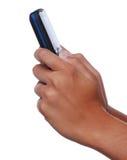 Telefone de pilha da terra arrendada das mãos da mulher Fotos de Stock Royalty Free