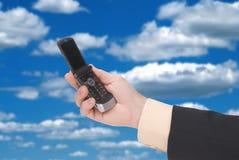 Telefone de pilha da terra arrendada do homem de negócios Foto de Stock Royalty Free