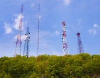Telefone de pilha e torres de comunicação Imagem de Stock Royalty Free