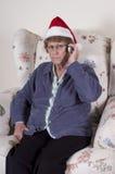 Telefone de pilha infeliz irritado louco da mulher madura sênior fotografia de stock royalty free