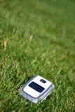 Telefone de pilha móvel na grama fora Foto de Stock