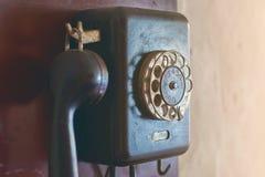 Telefone de seletor giratório retro que pendura na parede Fotos de Stock