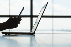 Telefone de tela do portátil da varredura do homem da autorização do código de Qr imagem de stock