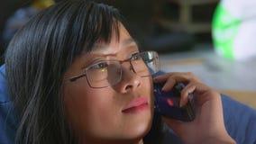 Telefone de utilização fêmea dentro fotografia de stock