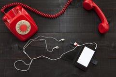 Telefone do vintage contra o smartphone imagens de stock royalty free
