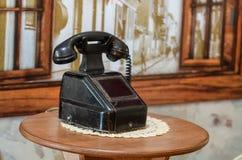 Telefone do vintage sobre o fundo retro imagens de stock royalty free