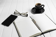 Telefone dos vidros do bloco de notas da xícara de café Imagem de Stock