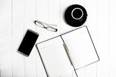 Telefone dos vidros do bloco de notas da xícara de café Fotografia de Stock