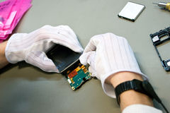 Telefone durante a reparação Imagens de Stock