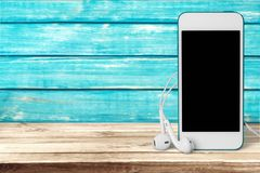 Telefone e fones de ouvido na tabela fotos de stock