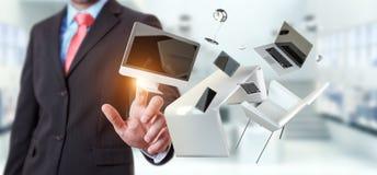 Telefone e tabuleta tocantes do portátil da mesa do voo do homem de negócios com olá! Foto de Stock Royalty Free