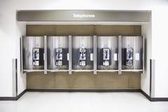 Telefone in einem Flughafen Stockbild
