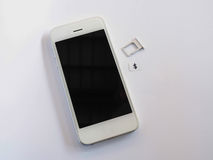 Telefone esperto branco, bandeja de cartão do sim e papel pequeno simulados como a Foto de Stock