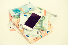 Telefone esperto com conceito do dinheiro Euro- notas com reflexão Renda em linha da recompensa do trabalho da nova tecnologia Foto de Stock Royalty Free