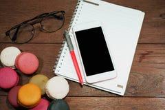 Telefone esperto com pena e caderno fotos de stock royalty free