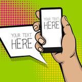 Telefone esperto da mão do homem dos desenhos animados do pop art Imagens de Stock Royalty Free
