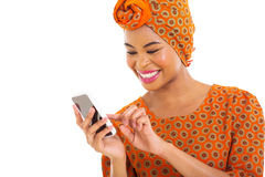 Telefone esperto da mulher africana fotografia de stock royalty free
