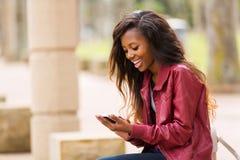 Telefone esperto da mulher africana Foto de Stock Royalty Free