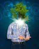 Telefone esperto da posse do homem Árvore verde pelo contrário sua cabeça Fotos de Stock Royalty Free