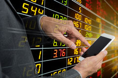 telefone esperto de ŠUsing do ¹ de Šà do ¹ do à com exposição do mercado de valores de ação imagem de stock royalty free