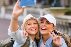 Telefone esperto do selfie dos turistas fotografia de stock