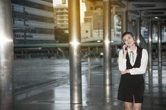 Telefone esperto do uso bonito asiático da mulher na ponte de cruzamento do marco Imagens de Stock Royalty Free