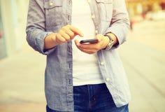 Telefone esperto do uso da jovem mulher na cidade Imagem de Stock Royalty Free