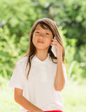 Telefone esperto do uso da menina de Ásia no jardim Imagem de Stock Royalty Free