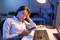Telefone esperto do uso da mulher de neg?cio imagem de stock royalty free