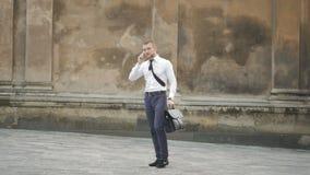 Telefone esperto forçado da gritaria moderna nova do homem de negócios vídeos de arquivo