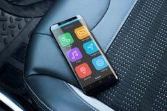 Telefone esperto moderno com carro esperto app no assento do couro do passageiro foto de stock royalty free