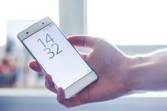Telefone esperto moderno na mão fotos de stock royalty free