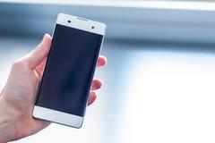 Telefone esperto moderno na m?o fotografia de stock royalty free