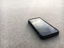 Telefone esperto que encontra-se em uma areia da praia clara, é social médio da parada para relaxa Fotografia de Stock Royalty Free