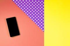 Telefone esperto que encontra-se no fundo colorido, vista superior imagem de stock royalty free