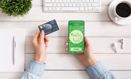 Telefone fêmea da terra arrendada da mão com alimento da entrega do app na tela imagens de stock
