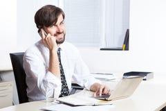 Telefone falador do homem de negócios Fotografia de Stock